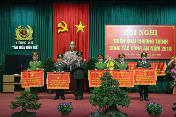 Đại tá Lê Quốc Hùng - UVTV Tỉnh uỷ, Bí thư Đảng uỷ, Giám đốc CA tỉnh thừa uỷ quyền tặng cờ thi đua xuất sắc của Tổng cục chính trị CAND cho các đơn vị.