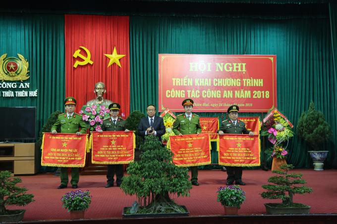 Đồng chí Nguyễn Văn Cao - Phó Bí thư Tỉnh uỷ, Chủ tịch UBND tỉnh TT. Huế tặng cờ thi đua xuất sắc của UBND tỉnh cho các đơn vị.