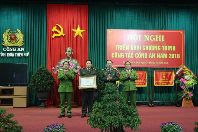Thứ trưởng Bộ Công an tặng Bằng khen của Thủ tướng Chính phủ cho Công an tỉnh TT. Huế.