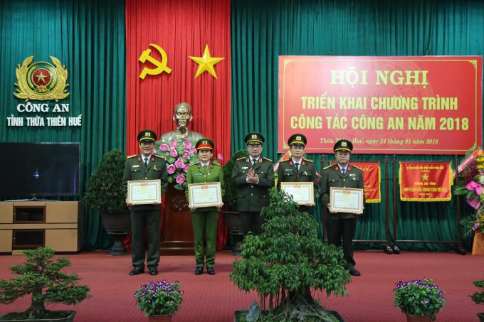 Thượng tướng Nguyễn Văn Thành trao danh hiệu chiến sỹ thi đua toàn lực lượng CAND cho 05 cá nhân đạt thành tích xuất sắc.