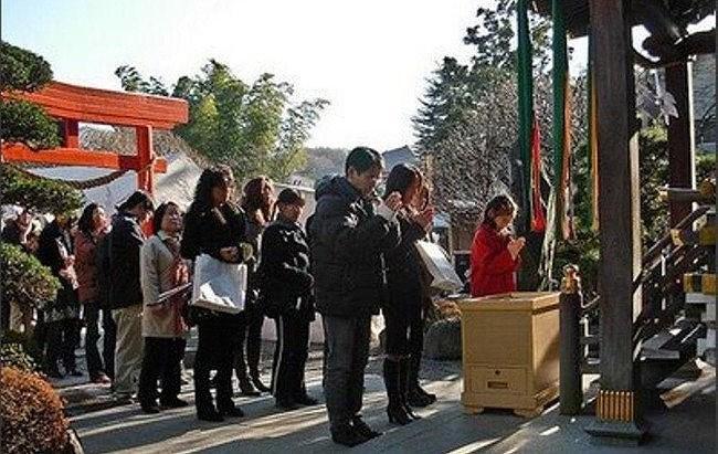 Đối với người Nhật, xuất hành đầu năm là một việc trong đại. Họ thường ưu tiên đi lễ chùa cầu may.