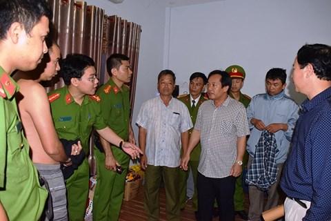 Đại tá Đặng Ngọc Sơn - Phó Giám đốc Công an tỉnh Thừa Thiên Huế (áo kẻ ô trắng) trực tiếp chỉ đạo phá chuyên án.