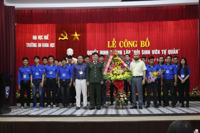 Trung tá Nguyễn Thanh Tuấn – Phó Giám đốc Công an tỉnh Thừa Thiên Huế tặng hoa cho