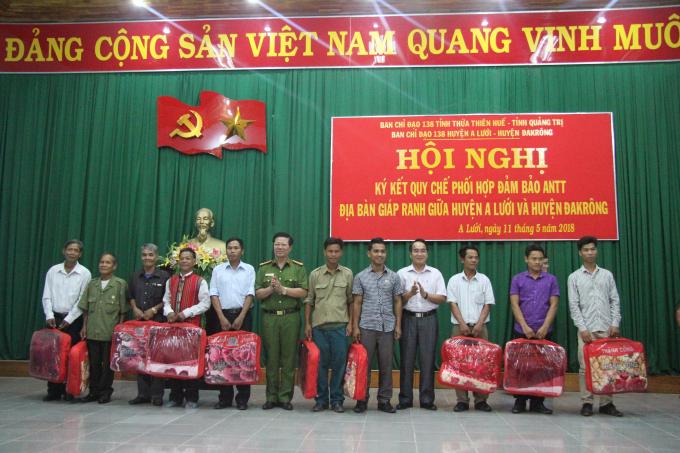 Đại tá Lê Phương Nam - Phó Giám đốc CA tỉnh Quảng Trị đại diện trao tặng 100 xuất quà cho các hộ khó khăn trong địa bàn hai huyện.