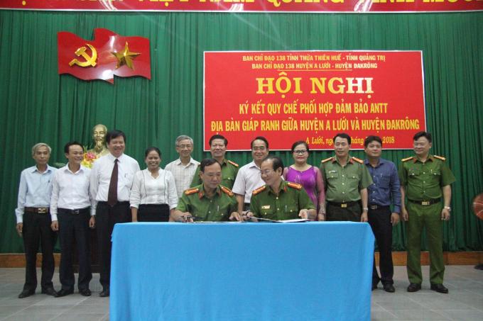 Đồng chí Trưởng Công an hai huyện A lưới và Đakrông ký kết với sự chứng kiến của lãnh đạo hai tỉnh, huyện.