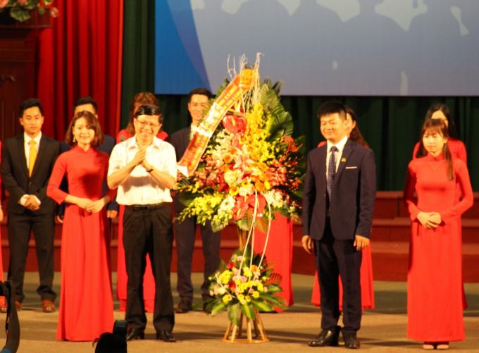 Lãnh đạo Sở GD&ĐT Thừa Thiên Huế tặng hoa chúc mừng Chi nhánh.