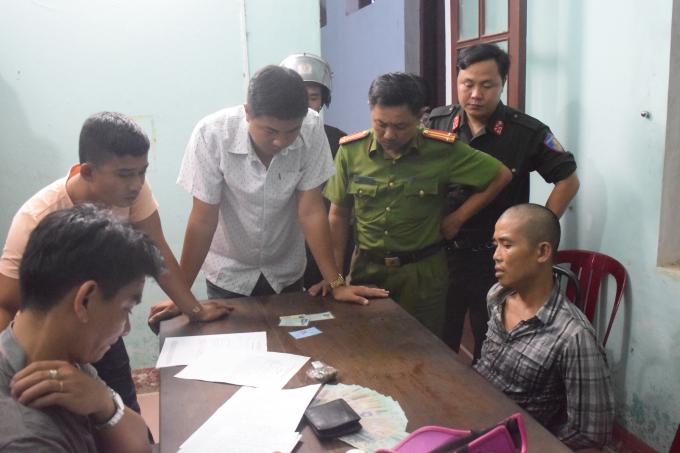 Đối tượng Trần Đức Long (bên phải) bị lực lượng công an bắt giữ.