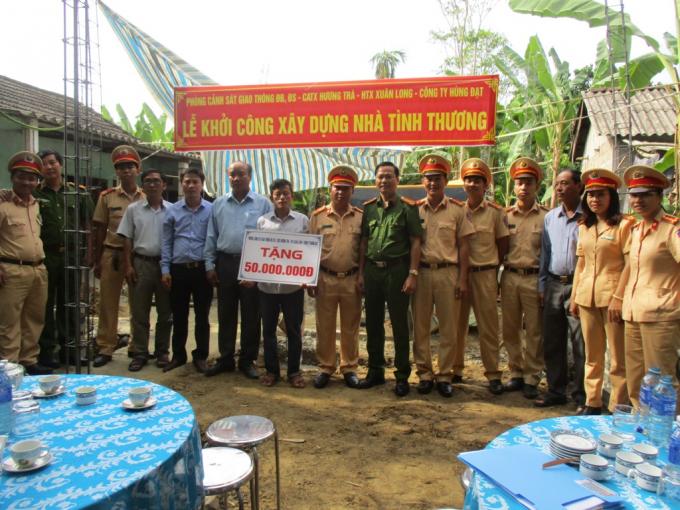 Tại phường Hương Chữ cán bộ chiến sỹ và công nhân dân hai đơn vị đã trao tặng 50 triệu hỗ trợ thân nhân liệt sĩ.