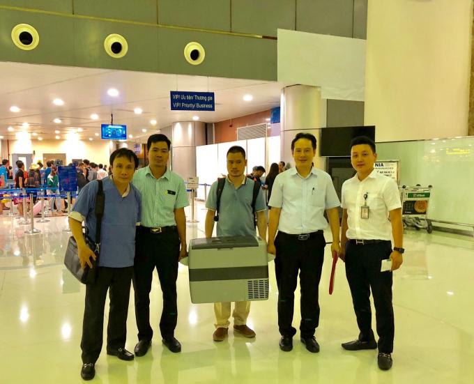 Tạng được nhanh chóng đưa ra sân bay.
