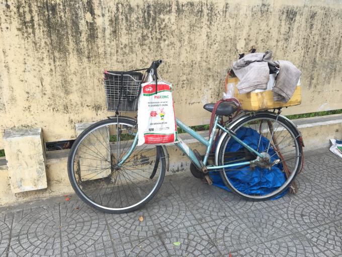 Chiếc xe đạp là phương tiện duy nhất của cụ.