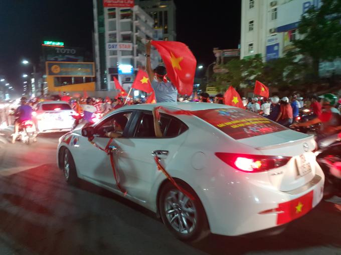 Người dân vui mừng sau chiến thắng của Olympic Việt Nam.