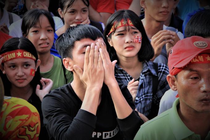 Cổ động viên nữ rơi nước mắt khi Quang Hải sút hỏng quả 11m.