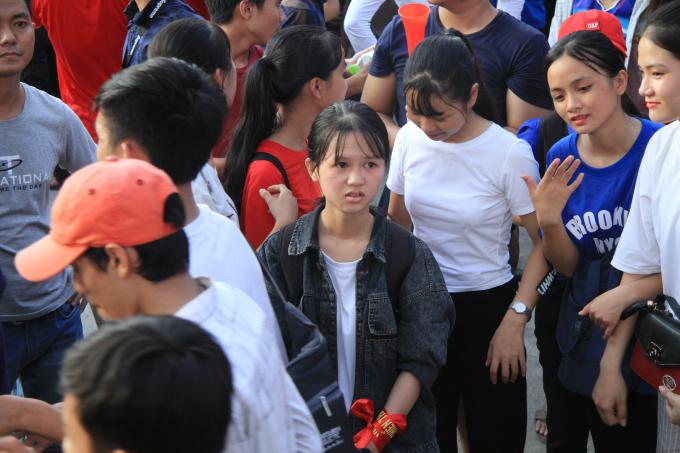Vẻ mặt buồn rầu của cậu bé ngồi xe lăn sau thất bại của đội tuyển Olympic Việt Nam.