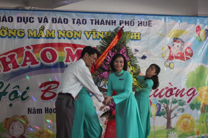 Lãnh đạo địa phương tặng hoa chúc mừng.