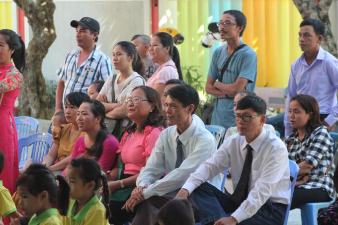 Đến dự buổi Lễ khai giảng còn có nhiều lãnh đạo địa phương, lãnh đạo ngành và nhiều phụ huynh của các cháu.