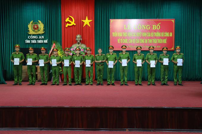 Đại tá Nguyễn Trường Sơn - PGĐ trao quyết định.