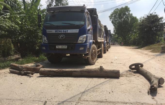 Người dân chặn xe chở đất đá trên tỉnh lộ 16 vì cho rằng đường bụi do những chiếc xe này gây ra nhưng lại không xử lý bằng cách tưới nước.