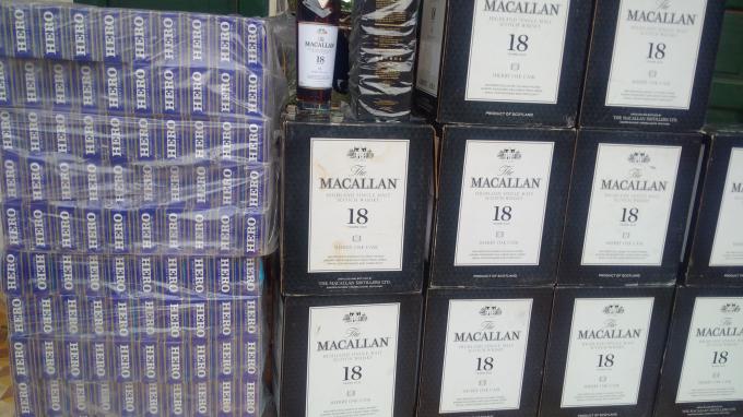 Hàng trăm gói thuốc và rượu không có nguồn góc xuát xứ.