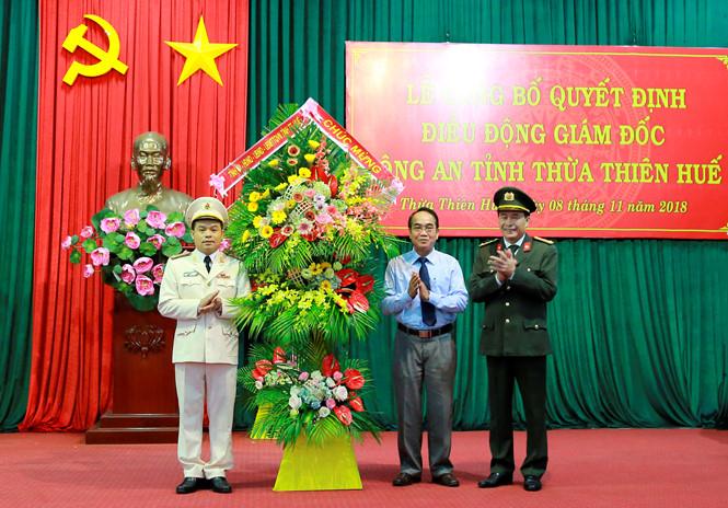 Ông Bùi Thanh Hà (giữa) tặng hoa chúc mừng đại tá Lê Quốc Hùng (phải) và đại tá Nguyễn Quốc Đoàn (trái).