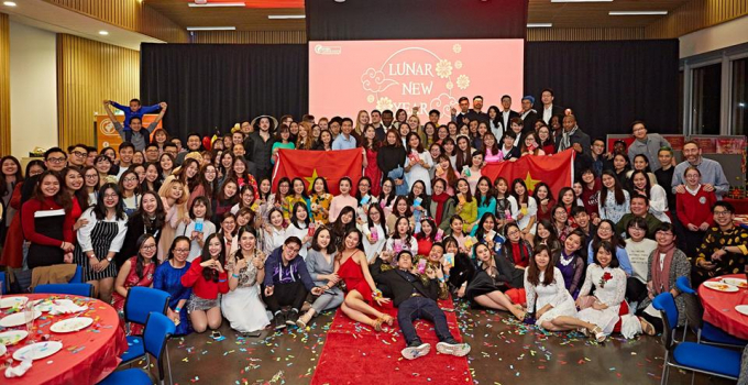 Các du học sinh Việt Nam tại Anh và đông đảo bạn bè trên thế giới chào mừng Tết Nguyên đán 2019.Ảnh: Alex Beldea