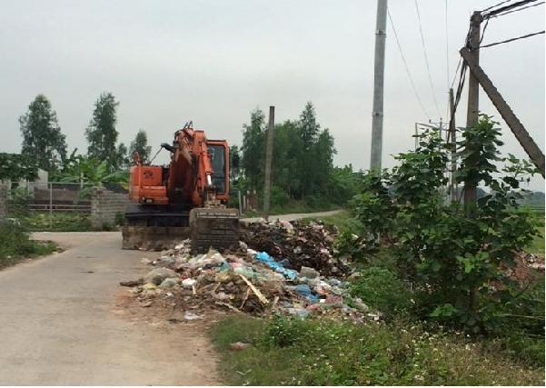 Công tác thu gom rác thải đã được tiến hành sau khi Phapluatlus phản ánh