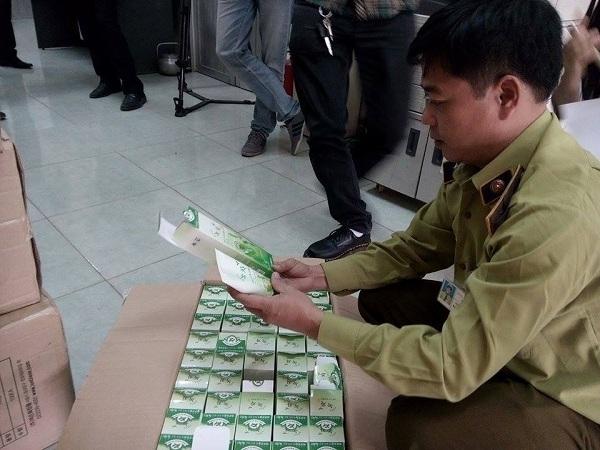 Lực lượng chức năng đang tiến hành kiểm tra sản phẩm tại các cơ sở trên.