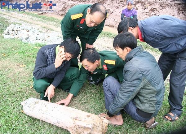 Lực lượng chức năng làm công tác kiểm tra thông tin quả bom.
