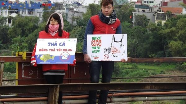Ngay từ sáng sớm người dân đã đổ về cầu Long Biên rất đông để phóng sinh cá chép, các bạn trẻ cũng đã có mặt để hướng dẫn người dân thả cá đúng quy định.