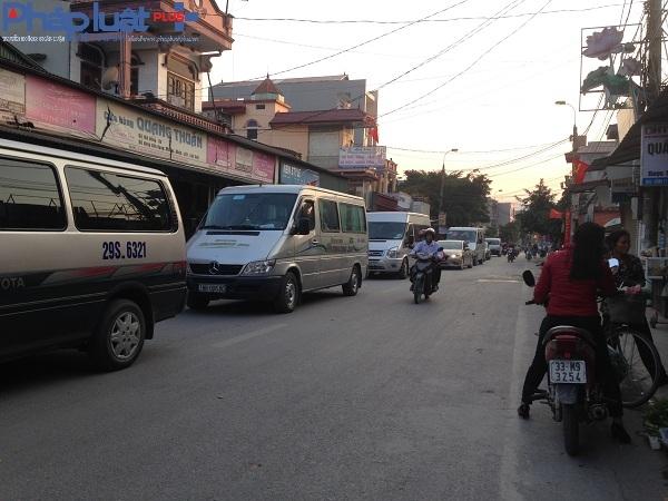 Dòng xe nối đuôi nhau đổ về chùa Hương trước giờ khai hội.