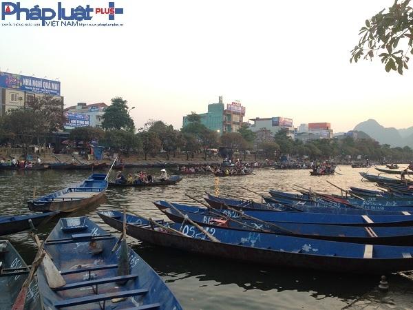 Trên bến, dưới thuyền, dòng người tấp nập, ai nấy đều hào hứng khi được về với chùa Hương.