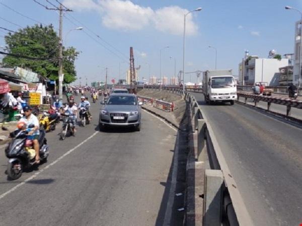 Theo Sở GTVT, mặt cầu và đường dẫn lên xuống hai cầu là vênh nhau, khấp khểnh nên phải bỏ cầu cũ xây cầu khác cho hai cầu giống nhau.