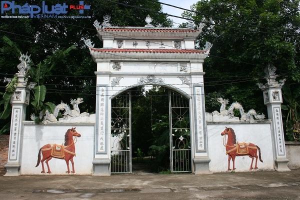 Cổng vào đình làng Trung Vực Ngoài mới được phục dựng lại.