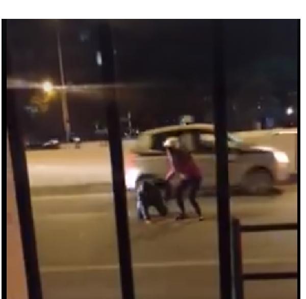 Theo như nội dung clip này thì lý do khiến chàng trai nghĩ quẩn là do thất tình, trong ảnh, cô gái đi cùng dìu chàng trai vào vệ đường sau phút tự tử bất thành.