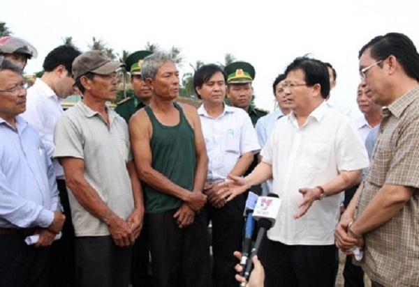 Phó Thủ tướng Trịnh Đình Dũng (thứ 2 từ phải sang) tìm hiểu thiệt hại của ngư dân tại tỉnh Quảng Trị. Ảnh: Hưng Thơ.
