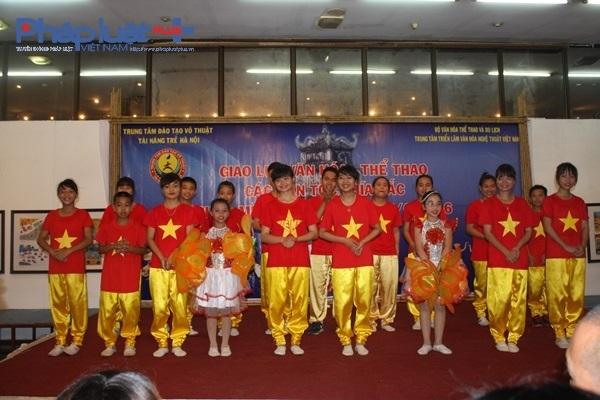 Tiết mục đồng ca trên nền nhạc Đến với con người Việt Nam tôi, cùng sắc đỏ khiến cả hội trường như rộn ràng hơn rất nhiều.