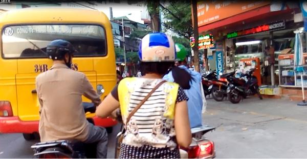 Giao thông bị rối loạn mỗi khi xe dừng bắt khách.