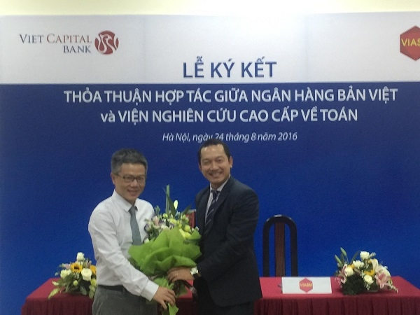 Giáo sư Ngô Bảo Châu tặng hoa chúc mừng, khẳng định sự hợp tác và phát triển.