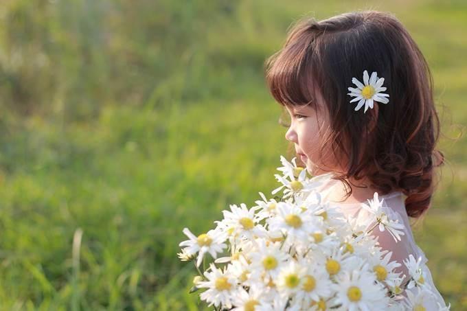 Nhìn trẻ thơ vui đùa, trong veo bên những cánh hoa, chắc ai bắt gặp cũng cảm thấy mọi muộn phiền đều như tan biến.