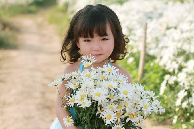 Năm nay bé Phương Nhi mới lên 4 tuổi, ở cái tuổi mà sự trong sáng, hồn nhiên, khiến ai cũng phải đắm say.