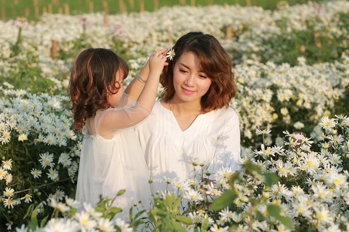Phương Nhi hái một bông hoa cái lên mái tóc mẹ như để thể hiện lòng biết ơn đến các đấng sinh thành.