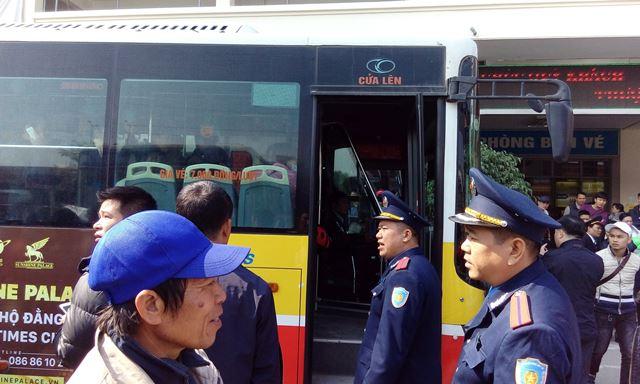 Lực lượng an ninh phải rất vất vả để làm công tác ổn định tình hình, hướng dẫn hành khách lên xe về các bến xe khác.