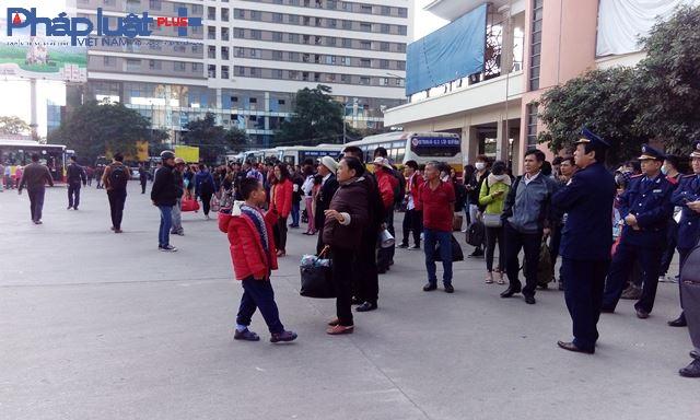 Rất đông hành khách đứng đợi xe bus để kịp bắt xe về quê nghỉ lễ.