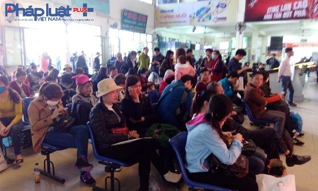 Rất nhiều hành khách đang chờ làm thủ tục để lên xe về quê nghỉ lễ bên trong bến xe Mỹ Đình.