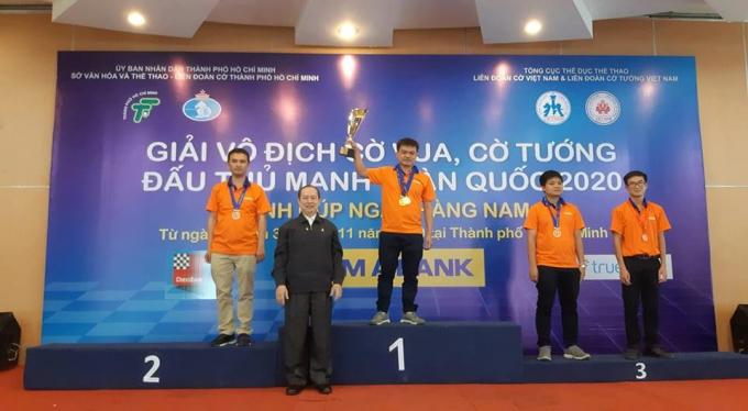 Nguyễn Đức Hòa (giữa) vô địch cờ tiêu chuẩn lẫn cờ chớp