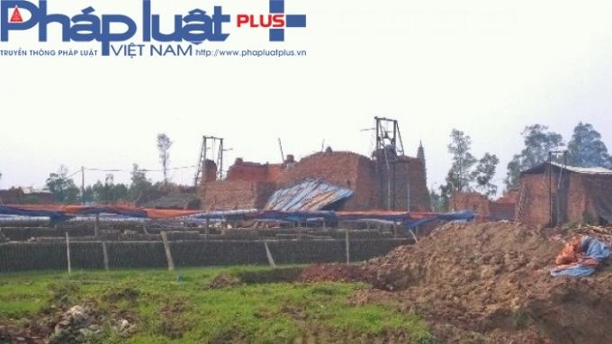 Lò gạch thủ công sử dụng công nghệ nung đốt đã lạc hậu và gây tác hại môi tường.