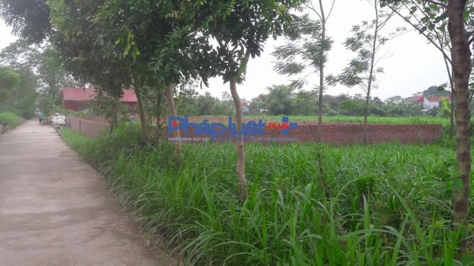 Nhiều hộ dân đã xây dựng tường bao loan lên khu đất mua của UBND xã.