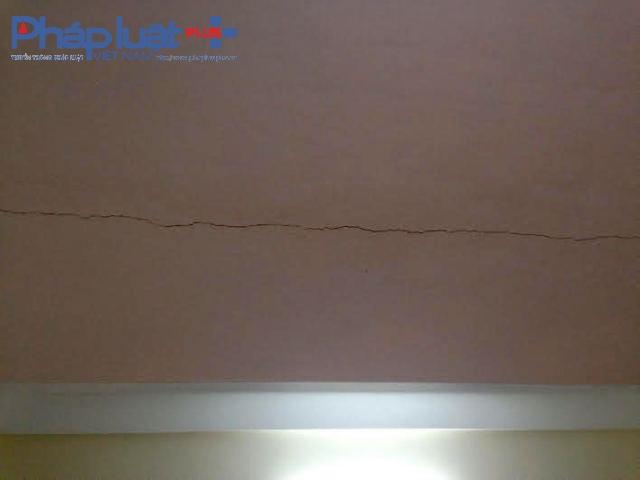 Nhiều ngôi nhà xuất hiện những vết nứt kéo dài (Ảnh Đào Tấn).