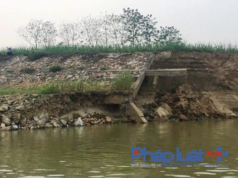 Bờ kè kiên cố được xây dựng năm 2008 đang gãy vỡ nhiều đoạn (Ảnh Đào Tấn).