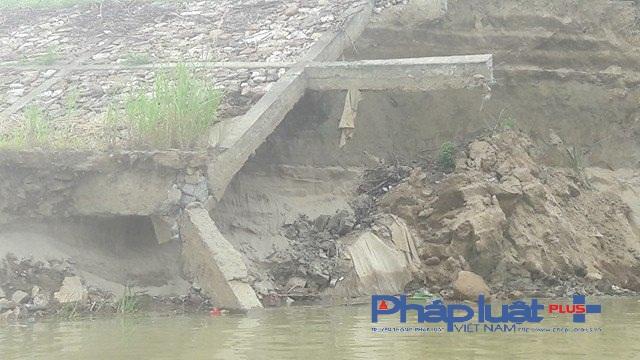 Bê tông cốt thép cũng bị kéo tụt xuống sông (Ảnh Đào Tấn)