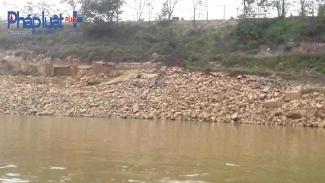 Nhiều đoạn kè tiếp tục bị kéo xuống sông (Ảnh Đào Tấn).